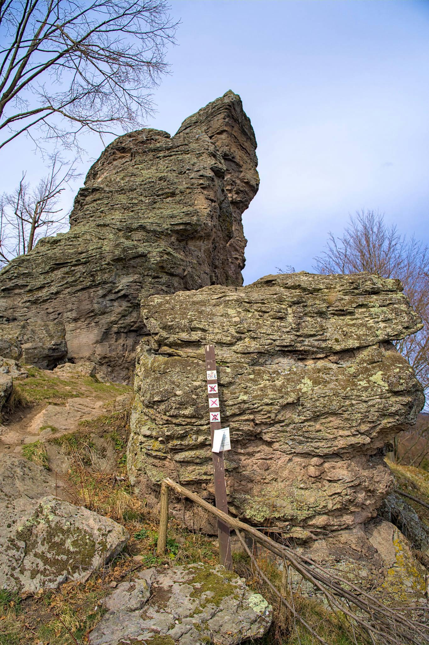 Melichova skala z diaľky pripomína starú ženu s nošou na chrbte